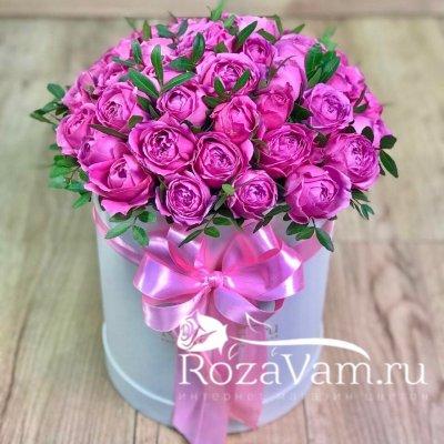 коробка пионовидных роз с зеленью ( M )