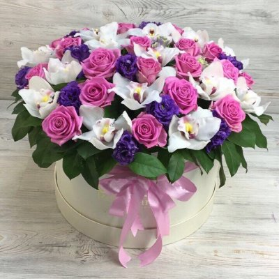 Коробка роз с орхидеями и эустомой
