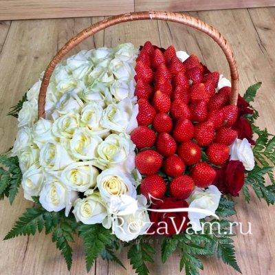 Корзина из 51 розы с клубникой