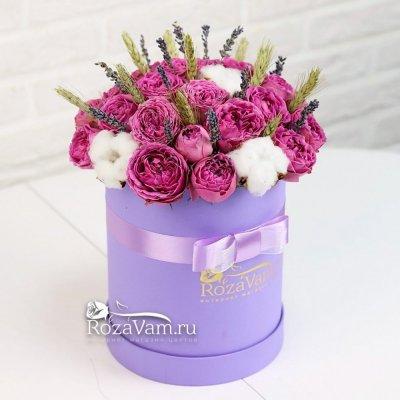 Коробка пионовидных роз с лавандой