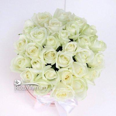 Шляпная коробочка из 29 белых роз