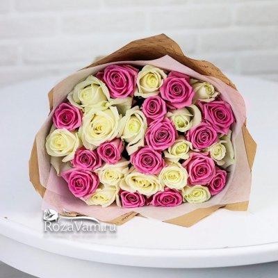 Букет из 29 бело-розовых роз (50 см)